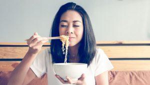 Tidak Perlu Khawatir Lagi, Begini Cara Makan Mie Instan Agar Lebih Sehat